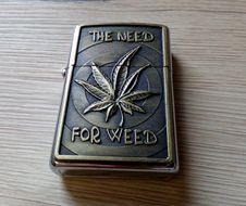 Benzínový zapaľovač Marihuana 1