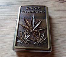 Benzínový zapaľovač Marihuana 3